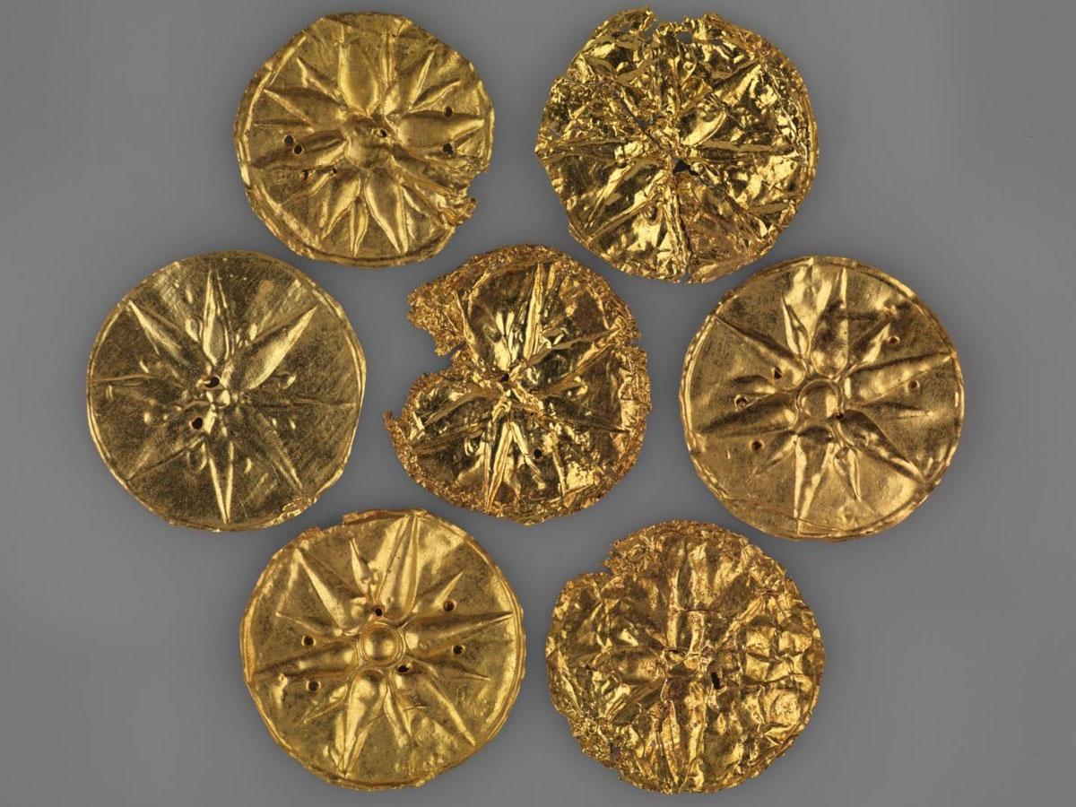 Χρυσά ευρήματα από την ανασκαφή στη βασιλική Νεκρόπολη των Αιγών (φωτ. ΑΠΕ-ΜΠΕ / ΙΖ΄ ΕΠΚΑ).