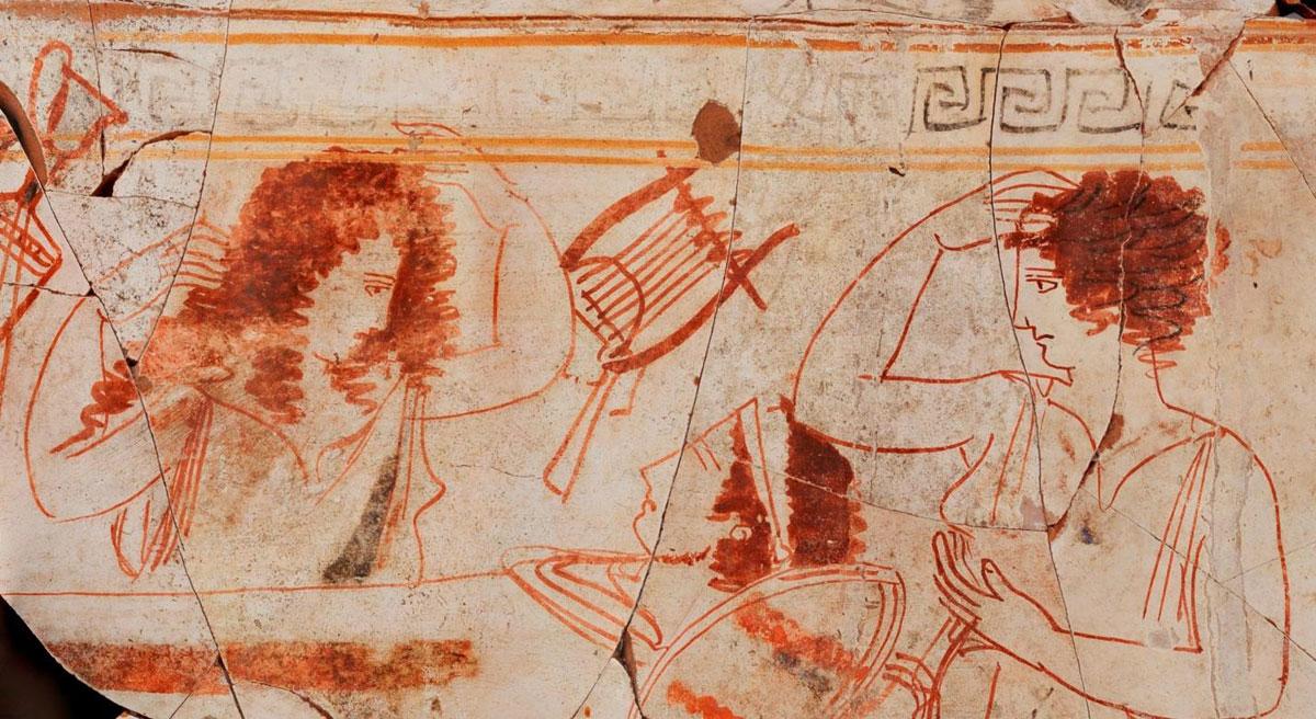 Παράσταση νεκρικού θρήνου σε λευκή λήκυθο, από την ανασκαφή στη βασιλική Νεκρόπολη των Αιγών (φωτ. ΑΠΕ-ΜΠΕ / ΙΖ΄ ΕΠΚΑ).