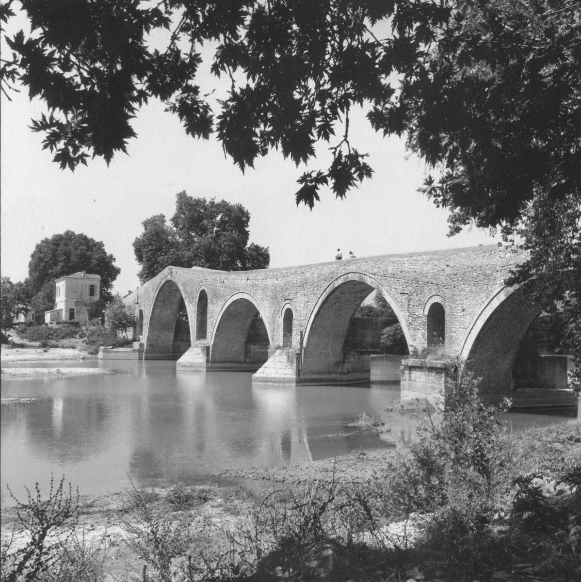 Εικ. 1. Robert A. Mc Cabe, Το γεφύρι της Άρτας (1961).