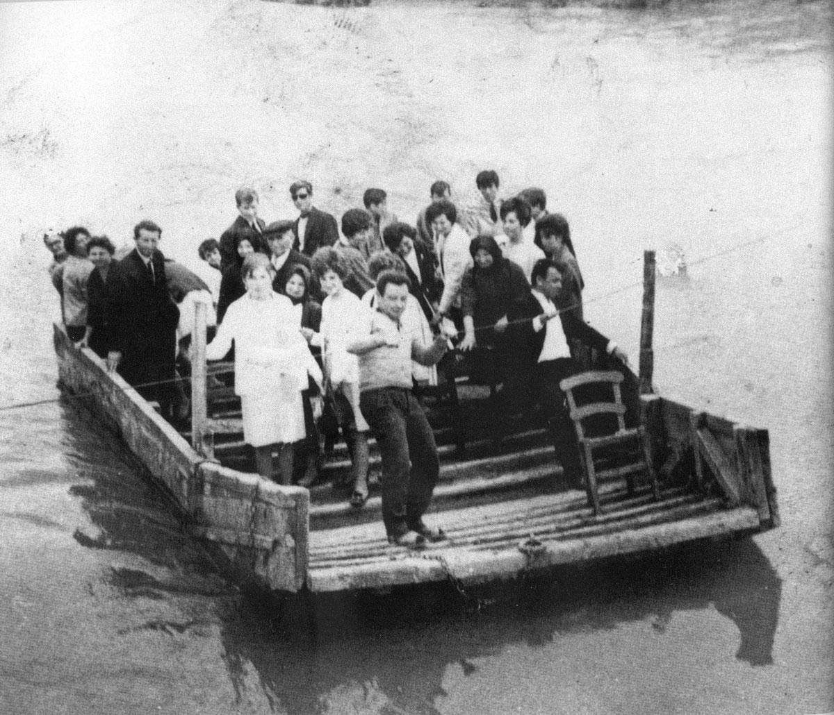 Εικ. 2. Φωτογραφία από το αρχείο Παναγιώτη Γεροκώστα (1961), εικονίζει μια περαταριά στον Πηνειό ποταμό. Κάτοικοι από το χωριό Νομή, πηγαίνουν με σχεδία στο αντικρινό χωριό Πεδινή.