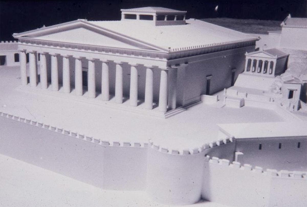 Εικ. 2. Η Φιλώνεια Στοά, ένα ωραίο κτίσμα του 4ου αι. π.Χ. χτισμένο μπροστά στο παλαιότερο, το Τελεστήριο της Ελευσίνας (μακέτα Ιωάν. Τραυλού. Αρχαιολογικό Μουσείο Ελευσίνας).