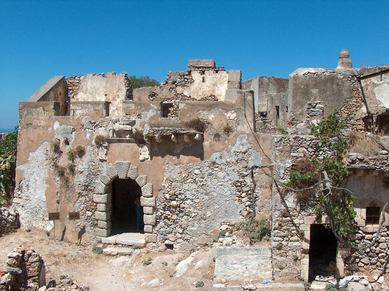 Εικ. 1. Η είσοδος στο Κάστρο του Μυλοποτάμου. Στο υπέρθυρο διακρίνεται ο Ενετικός Λέων του Αγίου Μάρκου (φωτ. Kythera.gr).
