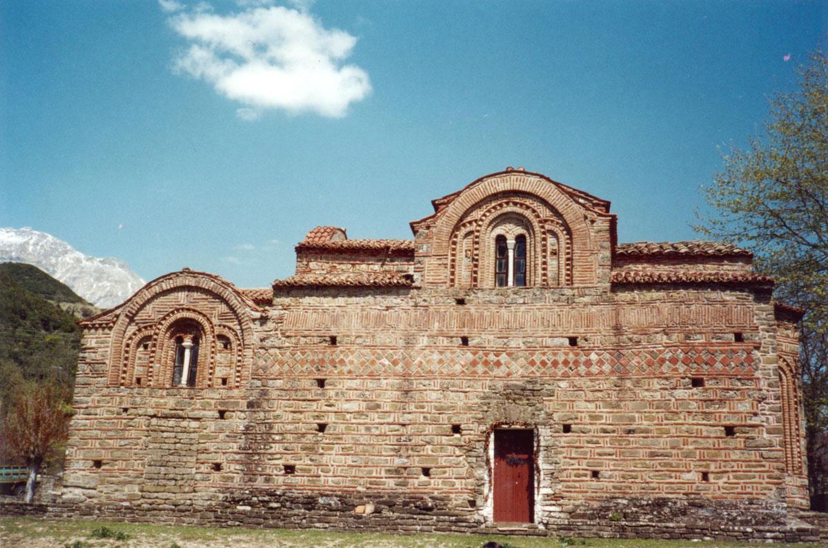 Εικ. 4.  Άποψη της βόρειας πλευράς του καθολικού της Κόκκινης Εκκλησιάς. (Προσωπική συλλογή Άγγελου Σινάνη.)
