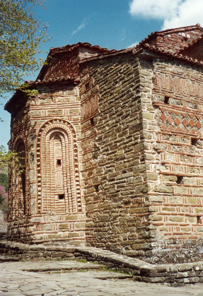 Εικ. 5. Λεπτομέρεια της ανατολικής και βόρειας πλευράς. Διακρίνεται το πλινθοπερίκλειστο σύστημα της τοιχοποιίας, καθώς και ο περίτεχνος κεραμοπλαστικός διάκοσμος. (Προσωπική συλλογή Άγγελου Σινάνη.)