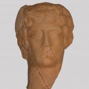 Κεφαλή ειδωλίου στο Αρχαιολογικό Μουσείο Άρτας