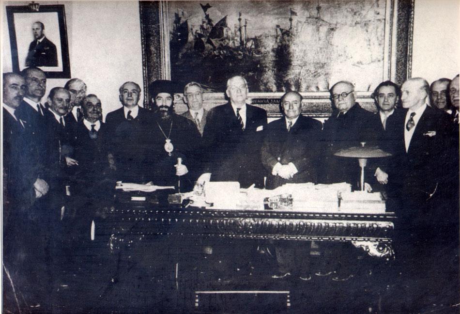 Εικ. 1. Αναμνηστική φωτογραφία της Ιδρυτικής Συνέλευσης του ΝΜΕ στο γραφείο του τότε Υπουργού Ναυτικών Γερασίμου Βασιλειάδη, 7 Απριλίου 1949.
