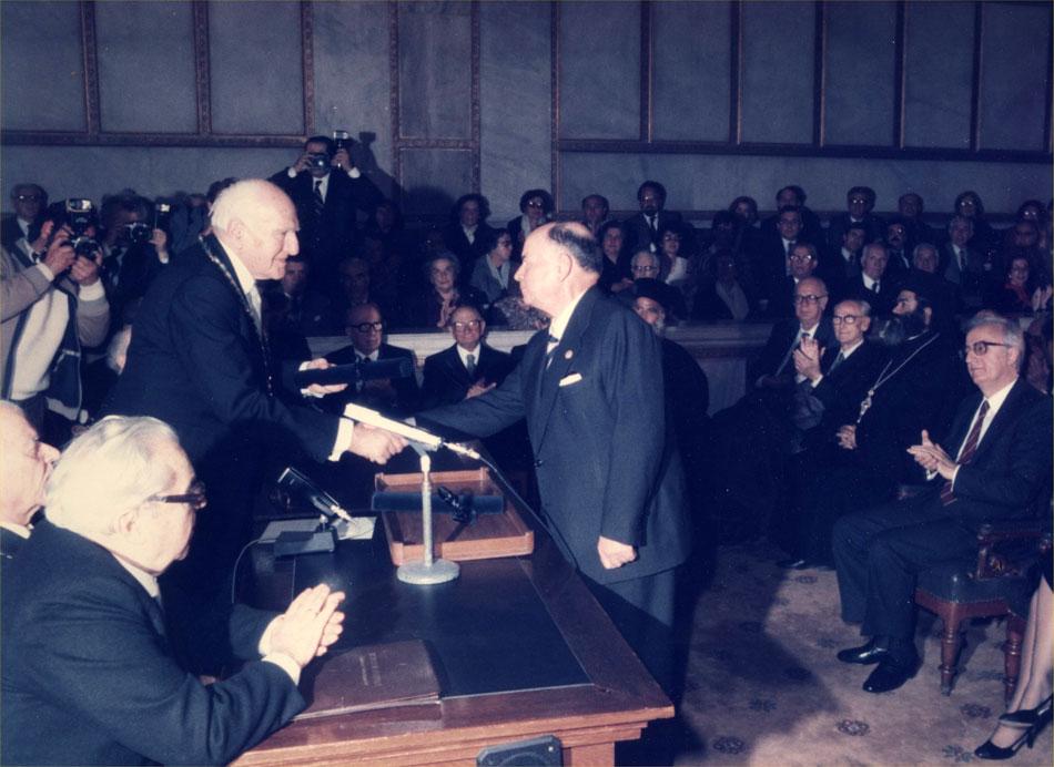 Εικ. 12. Το 1986 το Ναυτικό Μουσείο βραβεύεται από την Ακαδημία Αθηνών με το βραβείο Ευαγγέλου και Πηνελόπης Φαρμακίδου για την εν γένει δράση του.