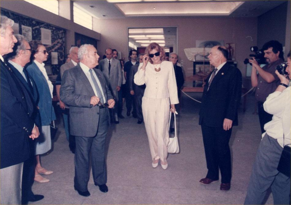 Εικ. 13. Το Ναυτικό Μουσείο της Ελλάδος επιλέχθηκε από το Ελληνικό Τμήμα του Διεθνούς Συμβουλίου Μουσείων (ICOM) ως τιμώμενο μουσείο για το έτος 1986. Στην κεντρική εκδήλωση που έλαβε χώρα στο Μουσείο, παρέστη η τότε Υπουργός Πολιτισμού Μελίνα Μερκούρη.
