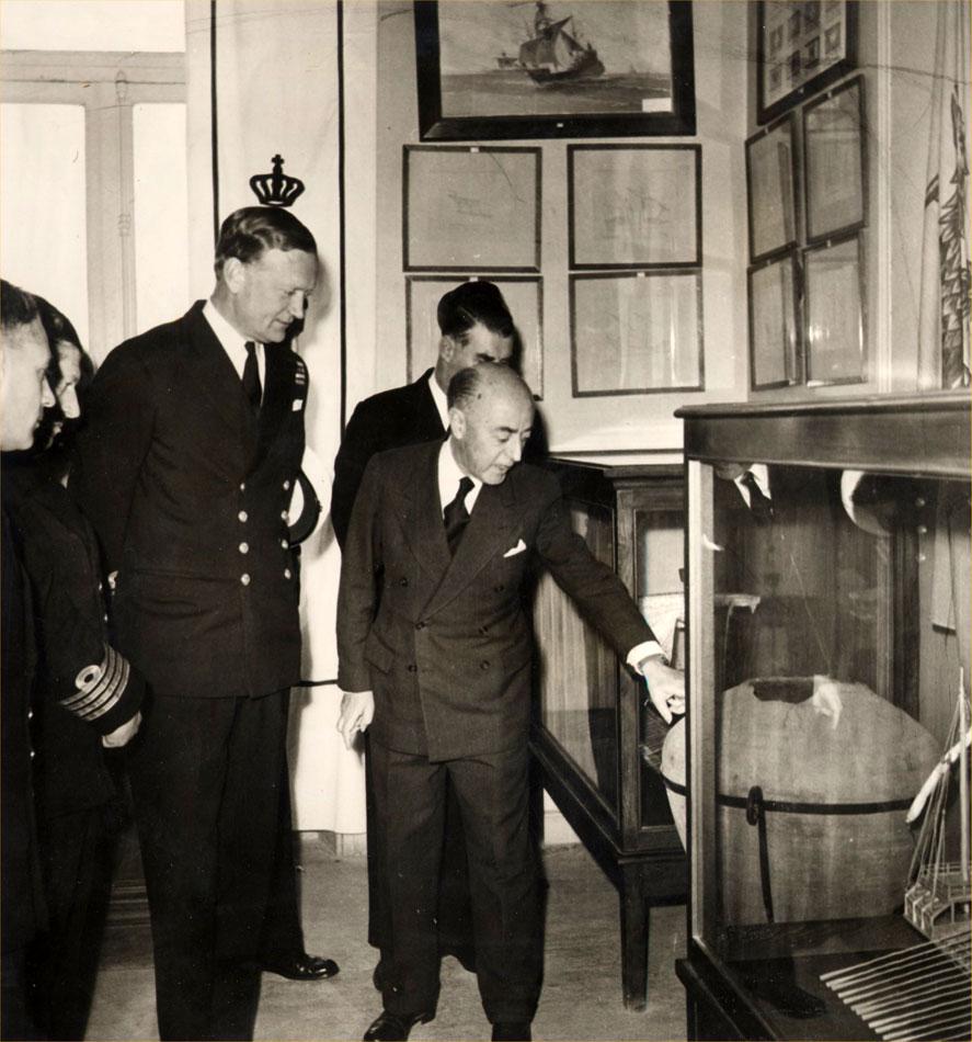 Εικ. 3. Στιγμιότυπο από την επίσκεψη του Βρετανού αντιναυάρχου Dryer το Φεβρουάριο του 1961 στο κτίριο της Ακτής Μουτσοπούλου.