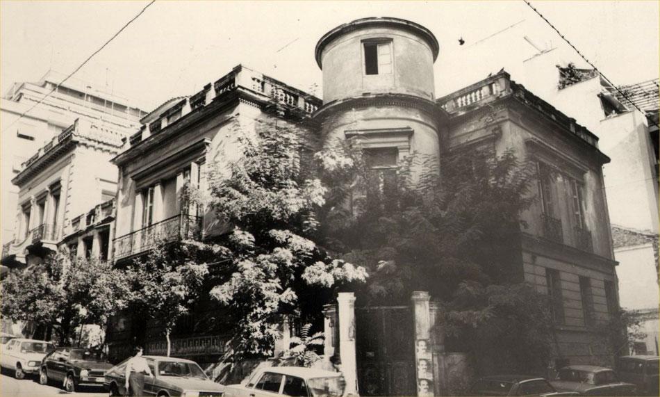 Εικ. 4. Το 1966, το Μουσείο μεταστεγάζεται σε κτίριο επί των οδών Μπουμπουλίνας και Κουντουριώτου, έως την ολοκλήρωση του κτιρίου στη Μαρίνα Ζέας. Στη φωτογραφία εξωτερική άποψη του κτιρίου.