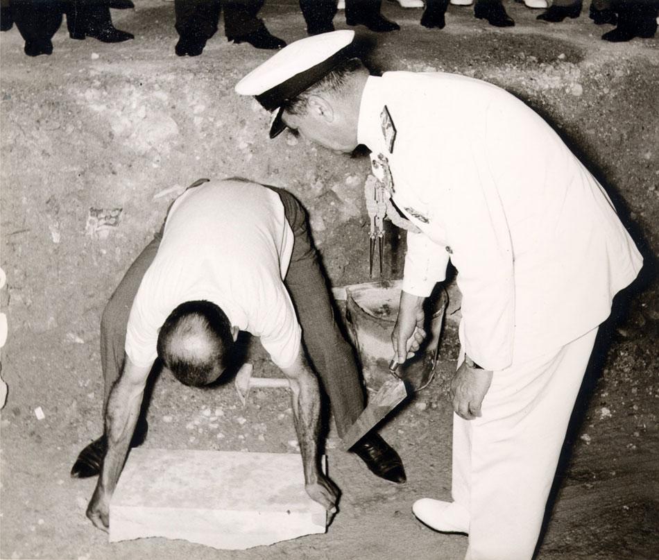 Εικ. 6. Στιγμιότυπο από την τελετή θεμελίωσης του κτιρίου που πραγματοποιήθηκε στις 17 Ιουνίου 1966. Ο Nαύαρχος Πύρρος Λάππας, Επίτιμος Αρχηγός Γ.Ε.Ν., τοποθετεί τον θεμέλιο λίθο του Μουσείου.