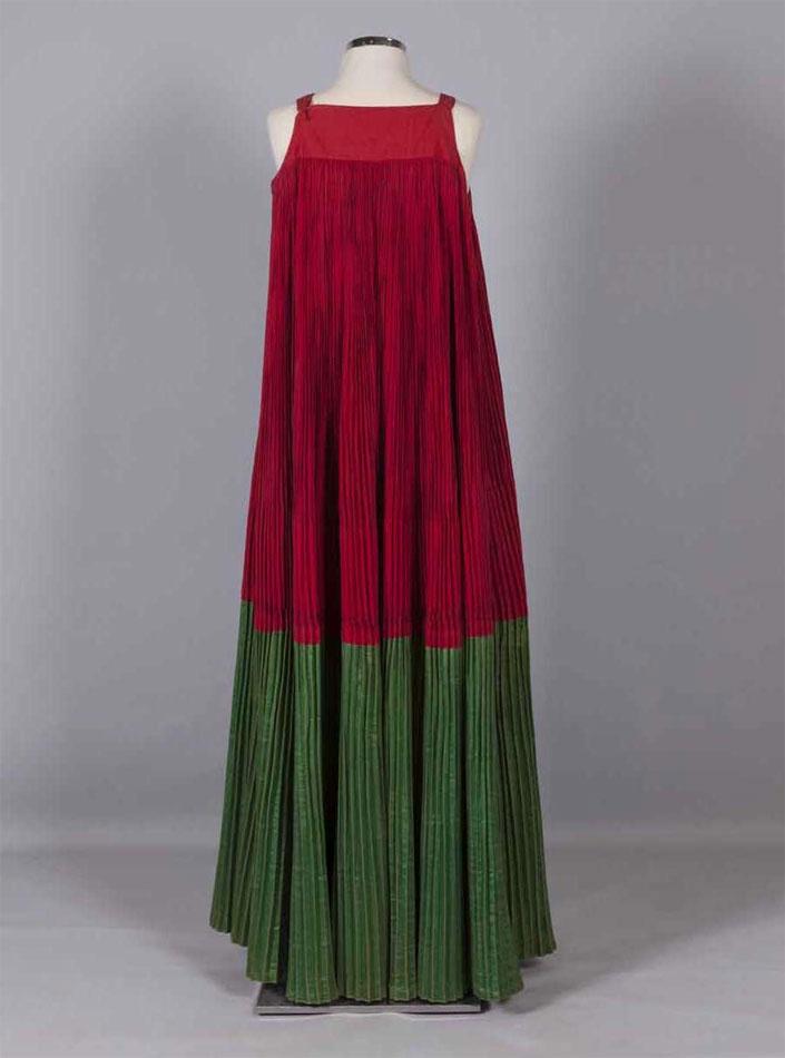 «Μόρκος», πολύπτυχο, μακρύ, αμάνικο φόρεμα. Σκόπελος, Σποράδες. Αρχές 20ού αιώνα.