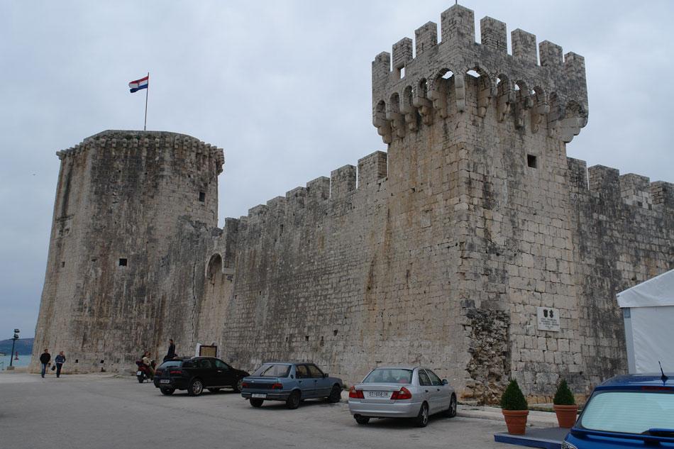 Τραού (Trogir). Το μεσαιωνικό φρούριο, αρχικά αποκλεισμένο με υγρή τάφρο, όπως το αντίστοιχο στη Ζάρα (φωτ. Ν. Σκουτέλης).
