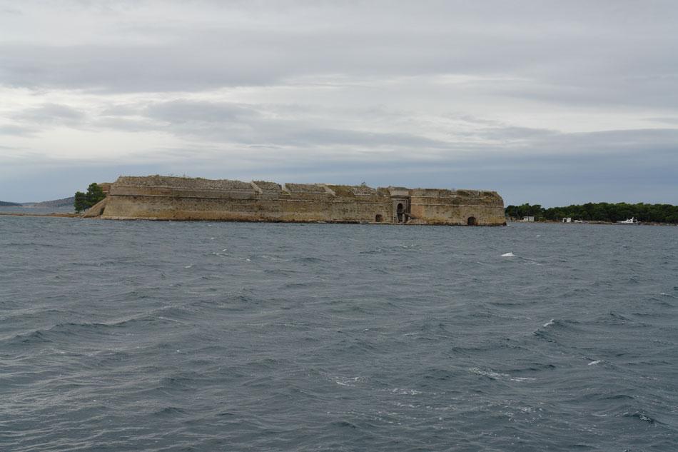 Σίμπενικ (Σεμπένικο). Το οχυρό San Nicolò στην είσοδο του στενού που οδηγεί από την ανοιχτή θάλασσα στην εσωτερική λεκάνη του λιμανιού (φωτ. Ν. Σκουτέλης).