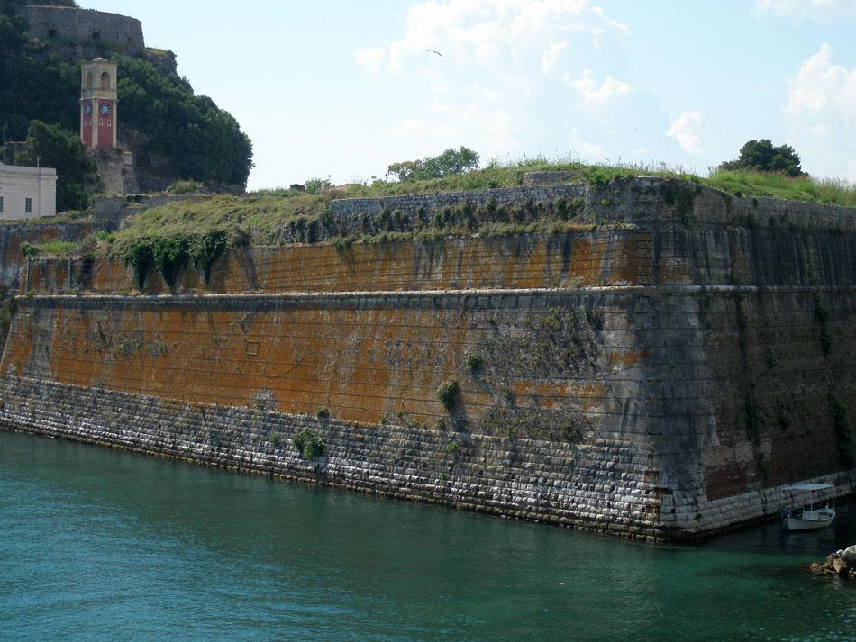 Κέρκυρα. Άποψη του προμαχώνα Martinengo. Το ανάγλυφο της θεμελίωσης από πέτρα Ίστριας a la rustica, ανάλογο με εκείνο του οχυρού Sant'Andrea στη Βενετία, δεν συνεχίζεται στην ολοκλήρωση του έργου (φωτ. Ν. Σκουτέλης).