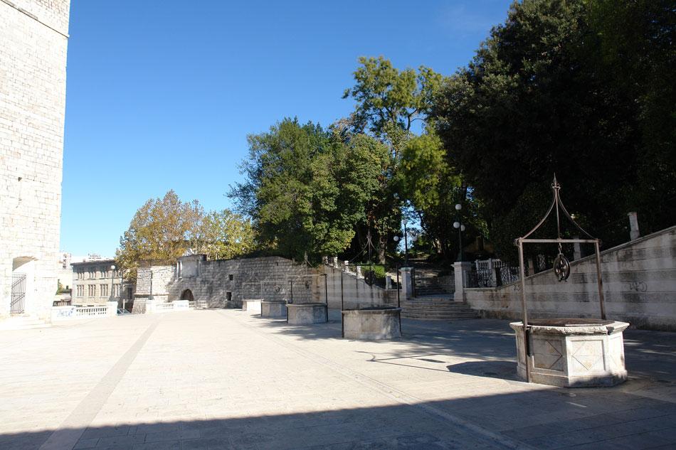 Ζάρα. Οι δεξαμενές Cinque pozzi, στον ενδιάμεσο χώρο που σχηματίστηκε με τον προμαχώνα Puntone (σημερινοί κήποι Regina Margherita) (φωτ. Ν. Σκουτέλης).