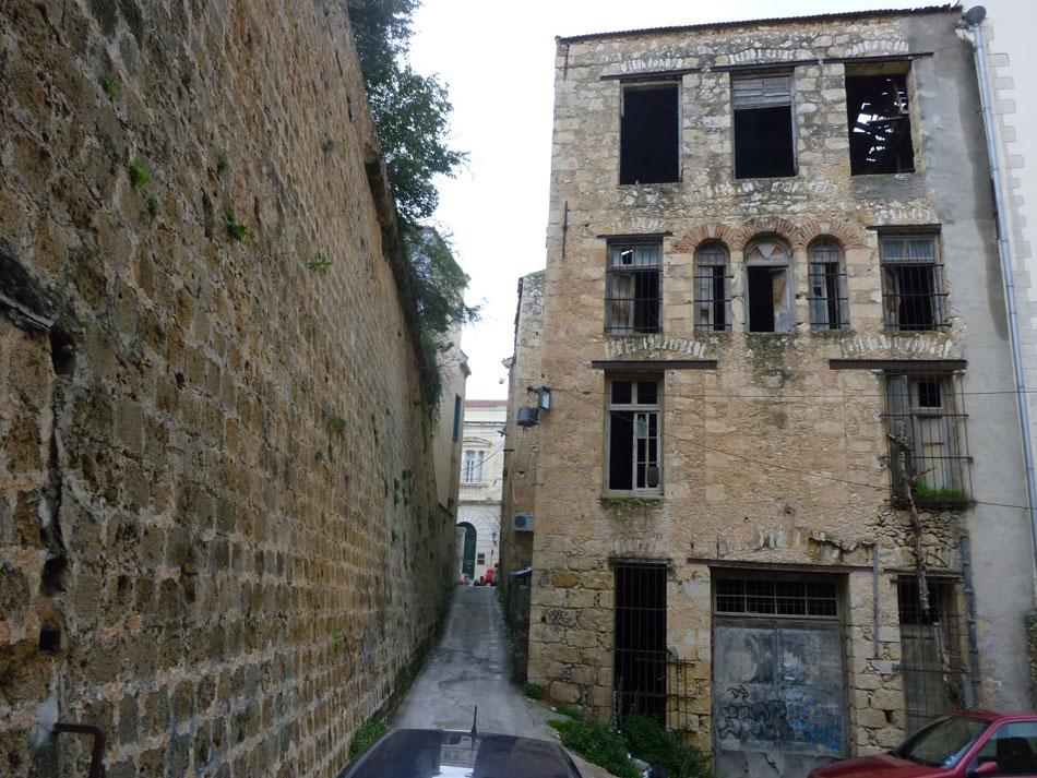 Χανιά. Το επίμηκες τμήμα του νότιου τείχους, ως πάροδος στην οδό Χάληδων, που παραμένει η κεντρική αρτηρία της οχυρωμένης πόλης (φωτ. Ν. Σκουτέλης).