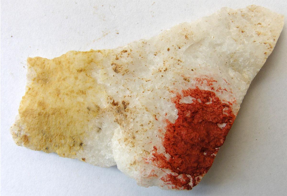 Εικ. 13. Αρχική και βαμμένη επιφάνεια λευκού μαρμάρου από το Καλαμωτό με κίτρινη (EL 5-3) και κόκκινη ώχρα (MP1).