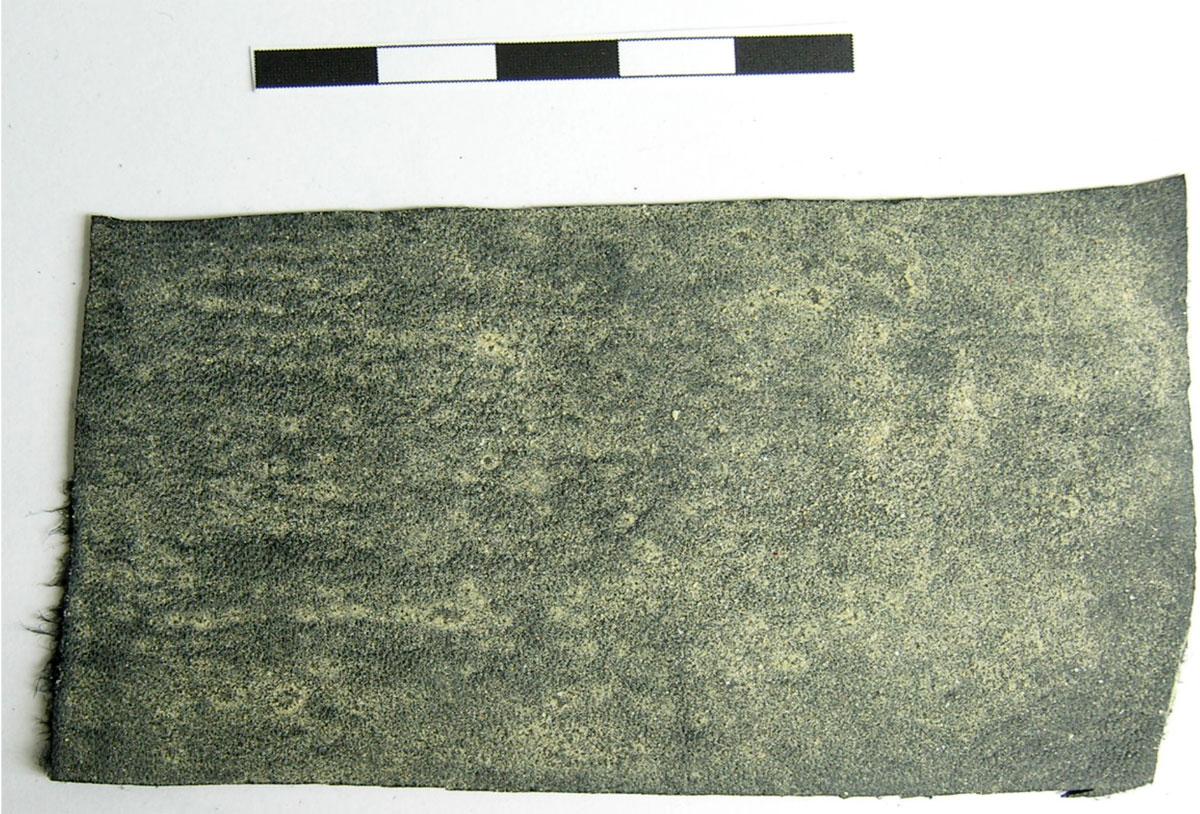 Εικ. 5.  Βαμμένο στην εξωτερική του πλευρά τεμάχιο μαύρου δέρματος με κίτρινη ώχρα (EL 5-3).