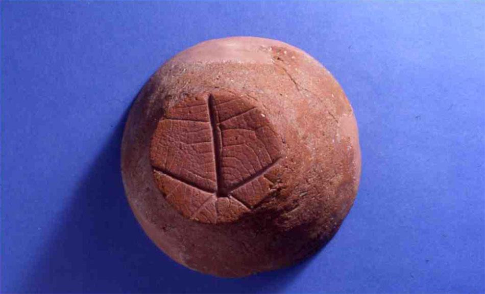 Άωτο κύπελλο με αποτύπωμα ψάθας στη βάση από το νεκροταφείο της Χαλανδριανής στη Σύρο, Μουσείο Ashmolean 1923.205.
