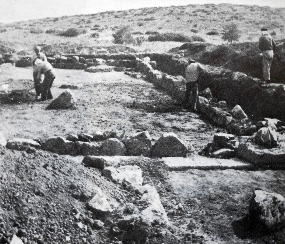 Εικ. 2. Από τις ανασκαφές στο ιερό του Ογχηστίου Ποσειδώνα. Άποψη τμήματος του Βουλευτηρίου (Σπυρόπουλος, «Ανασκαφές εις την Στενήν, Τιλφούσιον», ΑΑΑ 6 (1973), σ. 382).