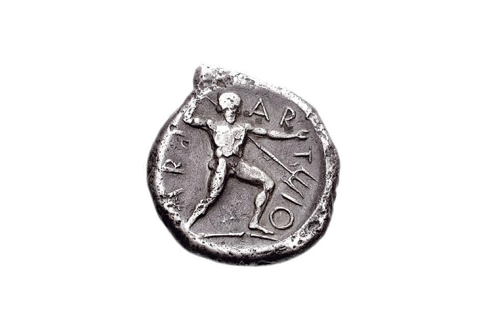Εικ. 4. Νόμισμα της Αλιάρτου (περ. 400-375  π.Χ.) με τον Ογχήστιο Ποσειδώνα να κρατά την τρίαινα (τριαινοκράτωρ) και τη λέξη «ARI-AR-T-IO-N».