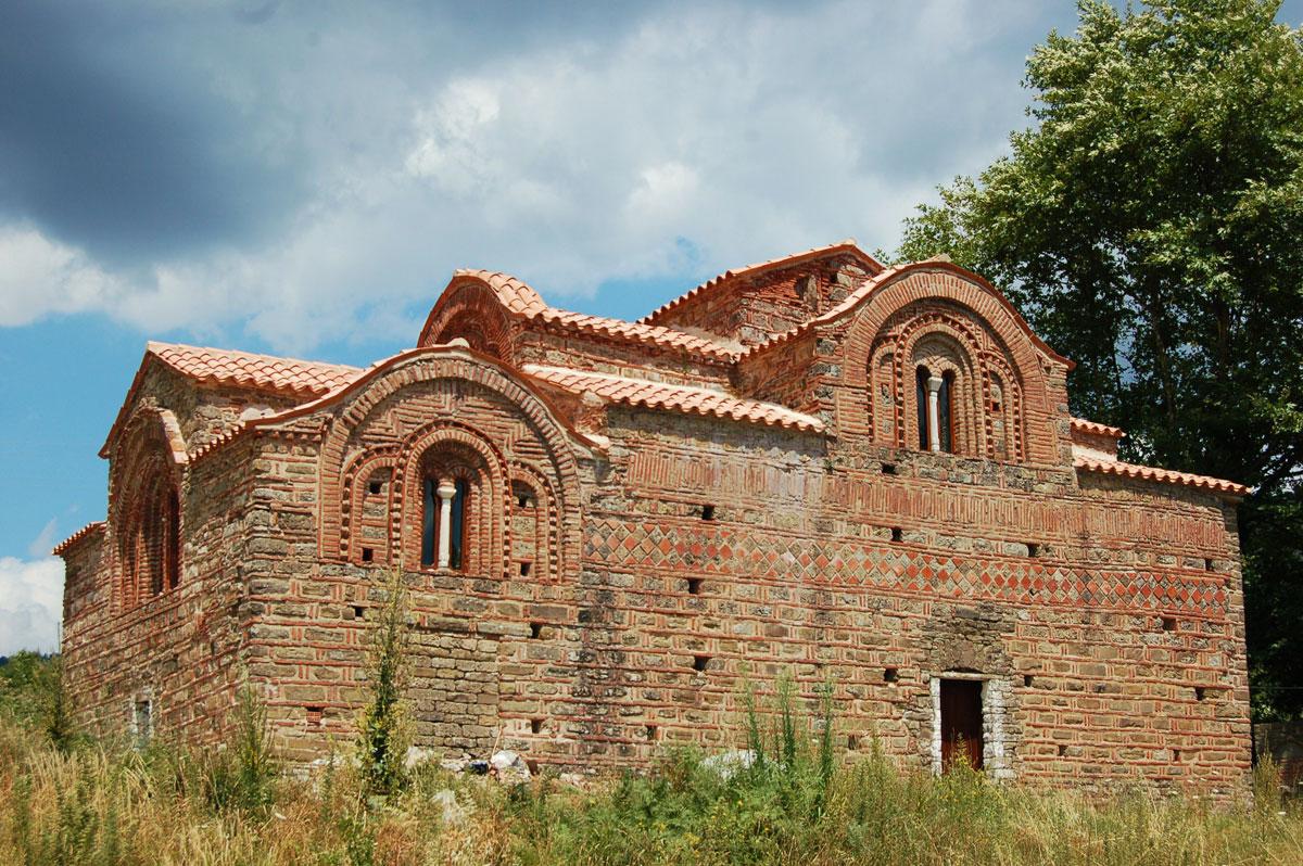 Εικ. 4. Το μοναδικό σωζόμενο βυζαντινό μνημείο των Τζουμέρκων, η Κόκκινη Εκκλησιά. (Προσωπική συλλογή Άγγελου Σινάνη.)