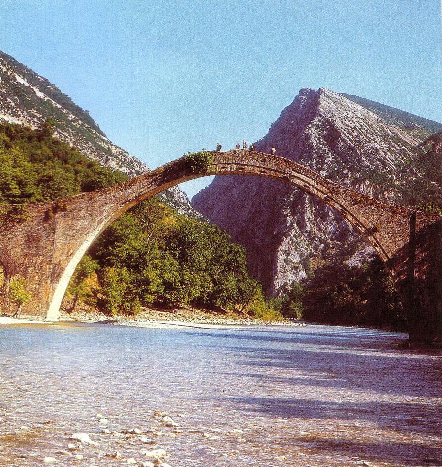Εικ. 6. Το μονότοξο γεφύρι της Πλάκας, το οποίο γεφυρώνει τις δυο όχθες του Αράχθου και αποτελεί σήμα κατατεθέν της εισόδου στην περιοχή των Τζουμέρκων.