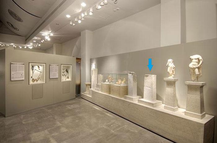 Η αναθηματική στήλη στην Αίθουσα Α του Αρχαιολογικού Μουσείου Άρτας/