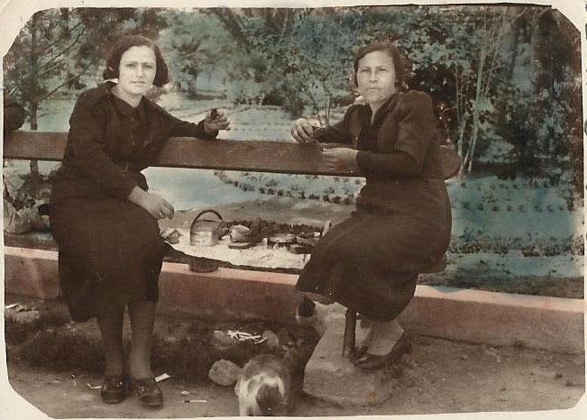 Καπνεργάτριες σε ώρα διαλείμματος. Καβάλα, 1947. © Αρχείο Ε. Πέγιου.