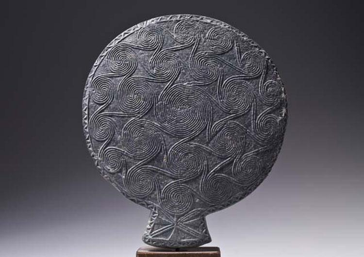 Τηγανόσχημο σκεύος με κοντή τριγωνική λαβή, 2700-2300 π.Χ. Εθνικό Αρχαιολογικό Μουσείο.