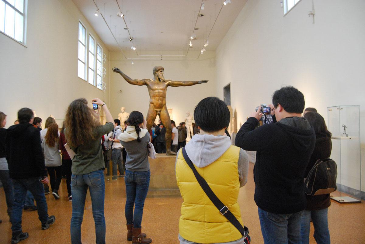 Εικ. 6. Εθνικό Αρχαιολογικό Μουσείο: τα μουσεία και οι επισκέπτες τους (Φωτογραφικό Αρχείο Μ. Μούλιου).