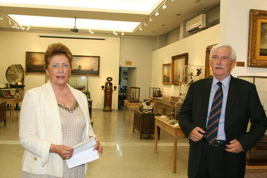 Στιγμιότυπο από τα εγκαίνια της έκθεσης. Η Πρόεδρος του ΝΜΕ Αναστασία Αναγνωστοπούλου-Παλούμπη και ο Πρόεδρος του ΙΑΛ, Πάνος Λασκαρίδης.