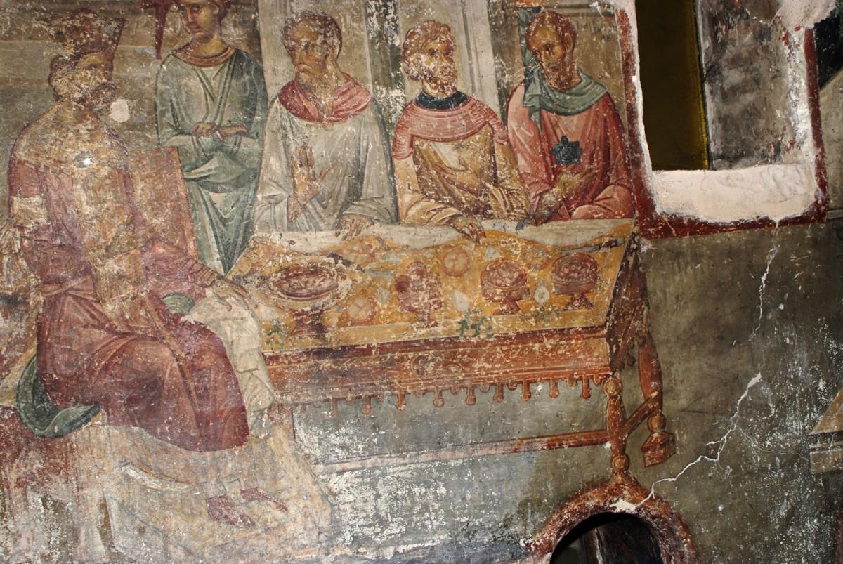Εικ. 1. «Το συμπόσιο του Ηρώδη»: Ο Ηρώδης κάθεται σε θρόνο με υποπόδιο στην κορυφή ιδιαίτερα επιμελημένου ορθογώνιου τραπεζιού (τοιχογραφία από τους Αγίους Αποστόλους Θεσσαλονίκης, αρχές 14ου αι.), Κουρκουτίδου-Νικολαΐδου/ Τούρτα (1997).