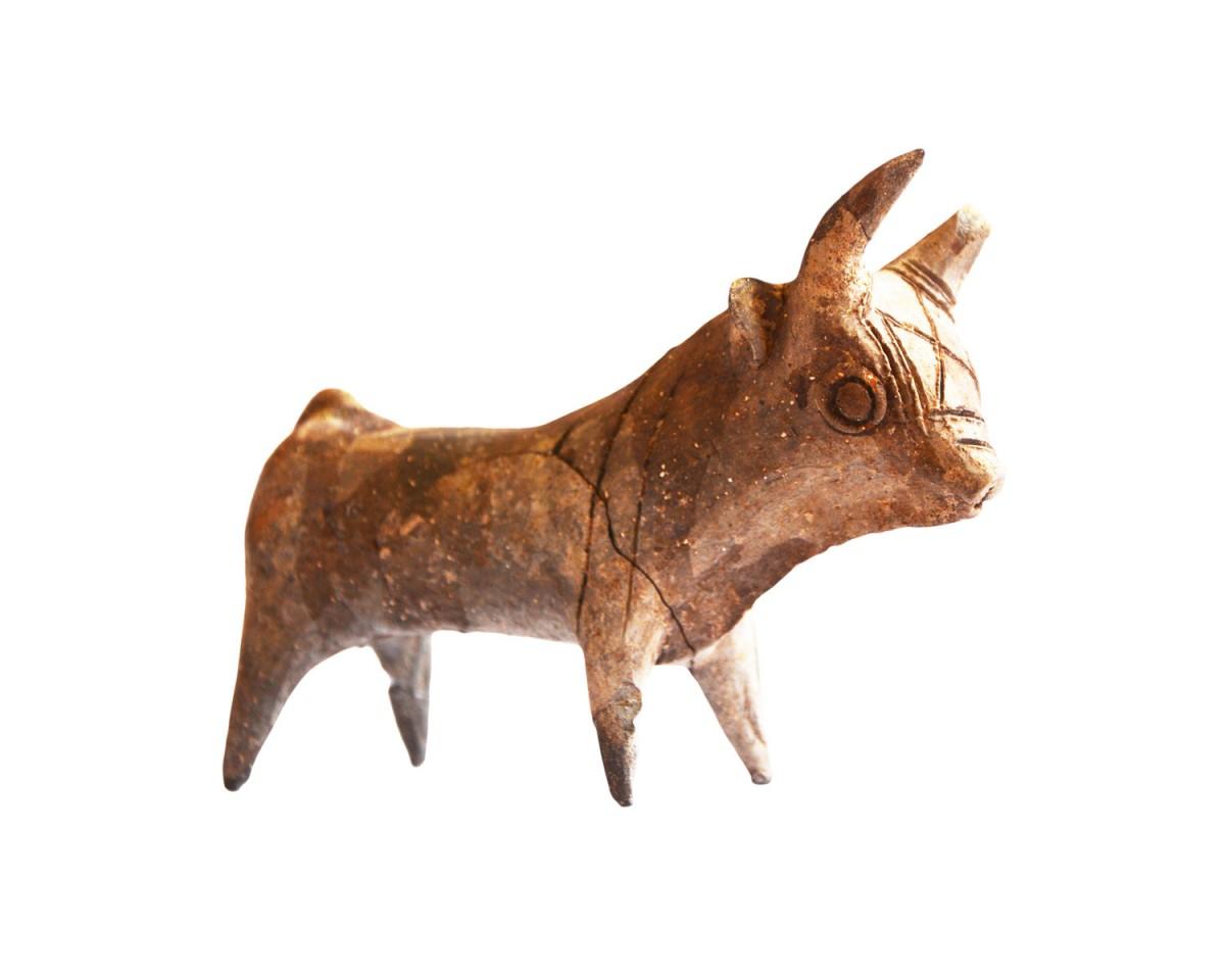 Εικ. 2. Πήλινο ειδώλιο ταύρου, 13ος αι. π.Χ. Από τη θέση Δρομολαξιά-Βυζατζιά της Κύπρου (φωτ. Τμήμα Αρχαιοτήτων Κύπρου).