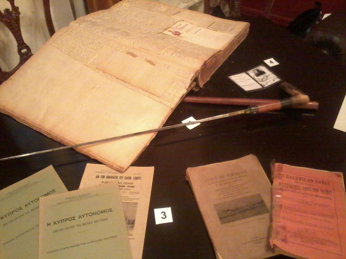 Εικ. 6. Προσωπικά αντικείμενα του Γεωργίου Φραγκούδη, πραγματικού ιδρυτή του Παντείου Πανεπιστημίου, στην έκθεση «Συγγρού 136» (Δανεισμός για τις ανάγκες της έκθεσης από τον εγγονό του, κ. Γεώργιο Φραγκούδη).