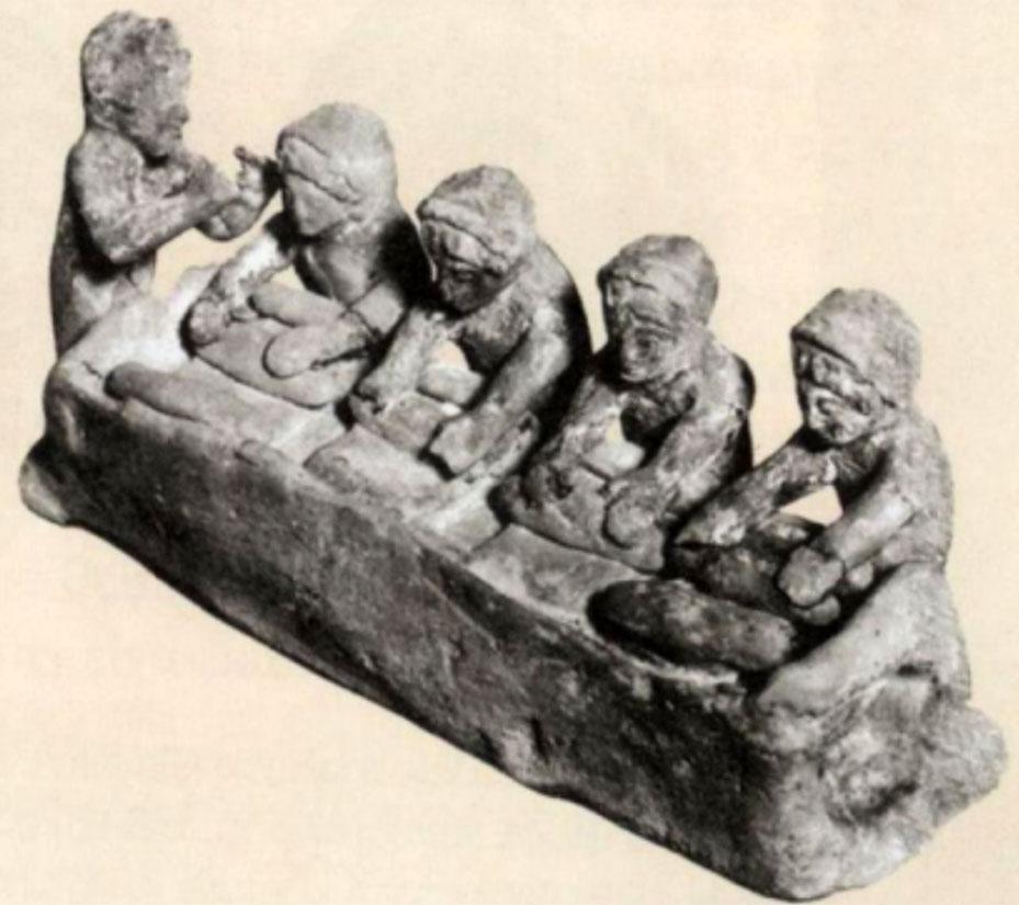 Εικ. 1. Γυναίκες που ζυμώνουν. Πήλινο ειδώλιο από τη Θήβα, Μουσείο του Λούβρου (Πινγιάτογλου 2010, σ. 43).