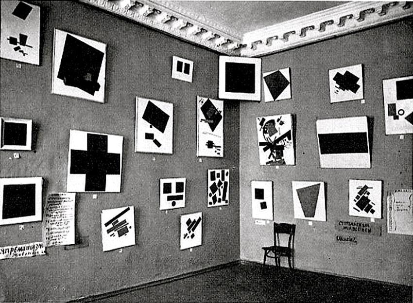 Εικ. 2. «Τελευταία Φουτουριστική Έκθεση 0.10», 19 Δεκεμβρίου 1915-17 January 1916, Πετρούπολη. Στη γωνία διακρίνεται το εμβληματικό έργο του Μαλέβιτς, Μαύρο Τετράγωνο. Copyright: Wikipedia Commons.