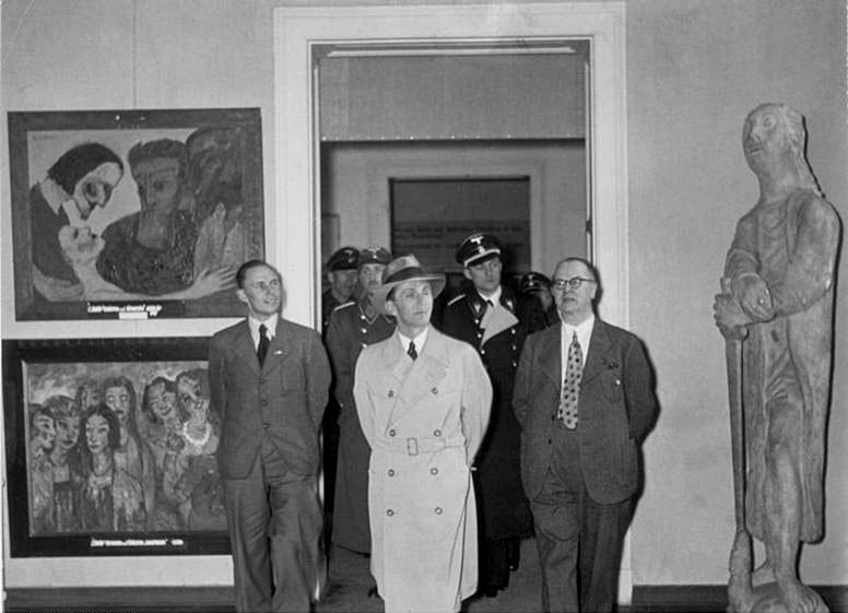 Εικ. 3. Ο Γιόζεφ Γκαίμπελς (υπουργός Διαφώτισης και Προπαγάνδας) κατά την επίσκεψή του στην Έκθεση Εκφυλισμένης Τέχνης, Copyright: Wikipedia Commons.