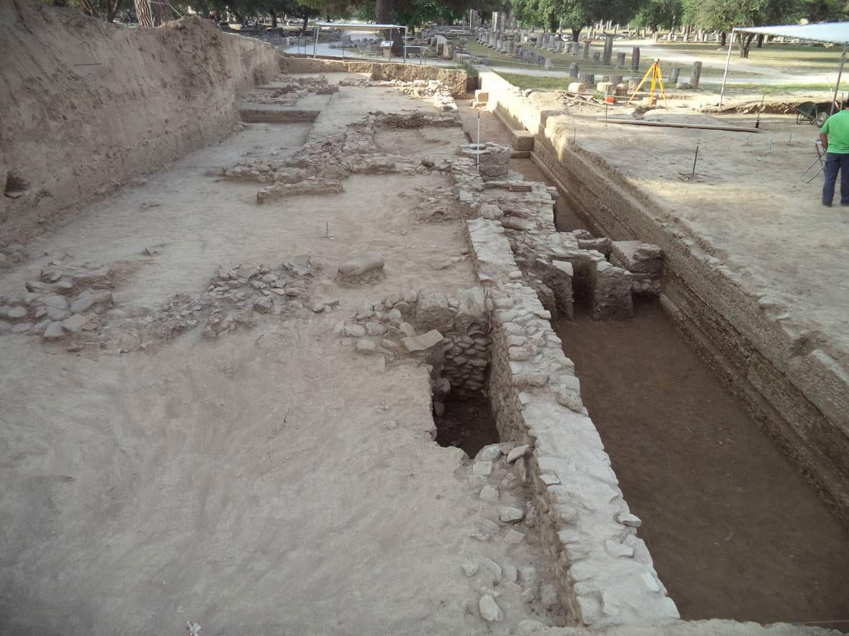 Αρχαία Ολυμπία: η ανασκαφή από βόρεια. Μπροστά διακρίνεται η νεότερη φάση κτιρίων, με οικοδομικό υλικό σε μεταγενέστερη χρήση (φωτ. ΑΠΕ-ΜΠΕ).