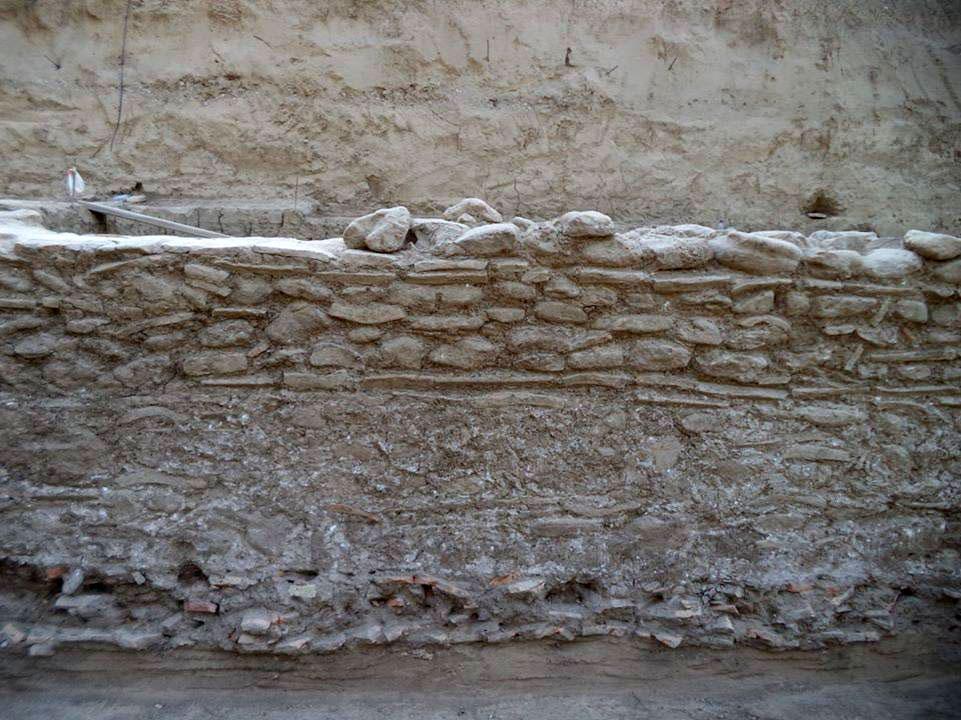 Τοίχος μεταγενέστερος του Γυμνασίου της αρχαίας Ολυμπίας, κτισμένος από εναλλασσόμενες ζώνες οπτοπλίνθων και λίθων. Πατά σε στρώμα κεραμίδων πάχους έως 20 εκ. (φωτ. ΑΠΕ-ΜΠΕ).