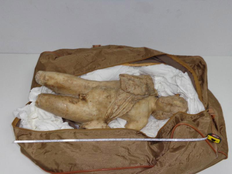Μαρμάρινο αντίγραφο έργου του γλύπτη της αρχαιότητος Πραξιτέλη είχαν στην κατοχή τους οι αρχαιοκάπηλοι.