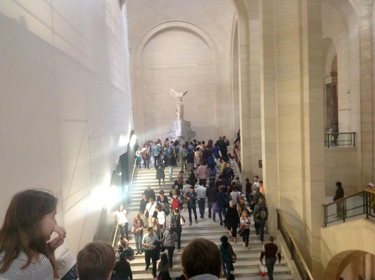 Δώδεκα μαθητές όλων των βαθμίδων εκπαίδευσης από τη Σαμοθράκη επισκέφθηκαν το Μουσείο του Λούβρου για να δουν από κοντά τη Νίκη της Σαμοθράκης (φωτ. ΑΠΕ-ΜΠΕ).