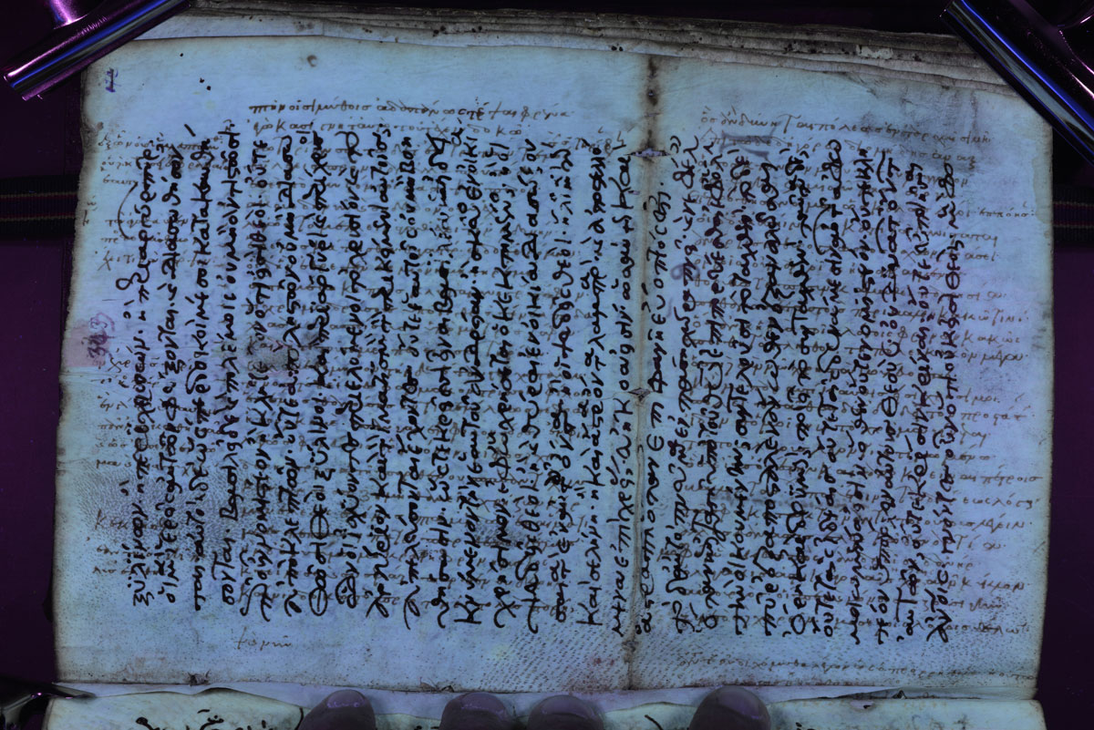 Εικ. 2. Μία σελίδα από τον παλίμψηστο κώδικα της Βιβλιοθήκης του Παν. Τάφου Ιεροσολύμων αρ. 36 που περιέχει απόσπασμα τραγωδίας του Ευριπίδη με υπεριώδη φωτισμό.