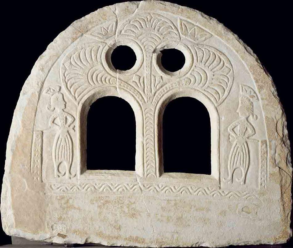 Εικ. 1. Μαρμάρινος φεγγίτης με βρακοφόρους φρουρούς (πηγή: Αλέκος Ε. Φλωράκης, Μουσείο Μαρμαροτεχνίας, έκδ. ΠΙΟΠ).