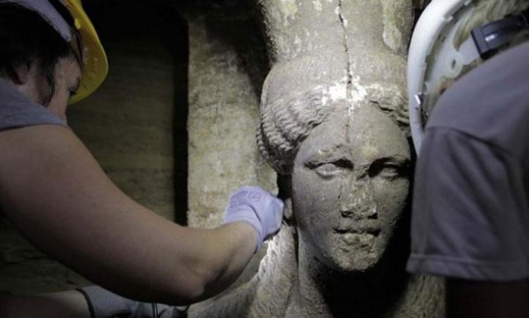 Η μία από τις δύο Καρυάτιδες που βρέθηκαν στο λόφο Καστά στην Αμφίπολη.