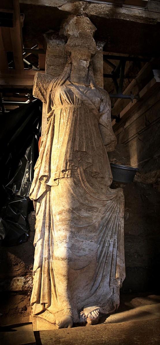 Οι Καρυάτιδες του λόφου Καστά αποκαλύφθηκαν σε όλο τους το μεγαλείο μετά την αφαίρεση τριών σειρών από τους πωρόλιθους του τοίχου σφράγισης.