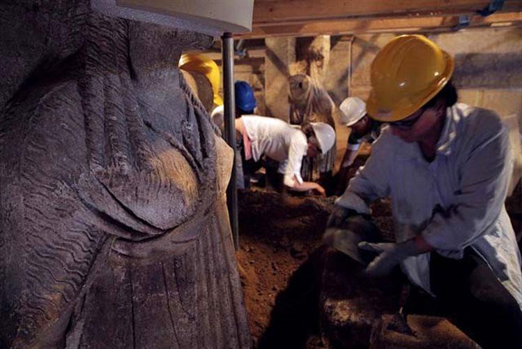 Εικ. 1. Οι Καρυάτιδες της Αμφίπολης αποκαλύπτονται (φωτ. ΥΠΠΟΑ).