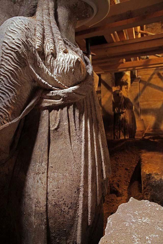 Εικ. 2. Οι χιτώνες φέρουν εξαιρετικής τέχνης πτυχώσεις (φωτ. ΥΠΠΟΑ).