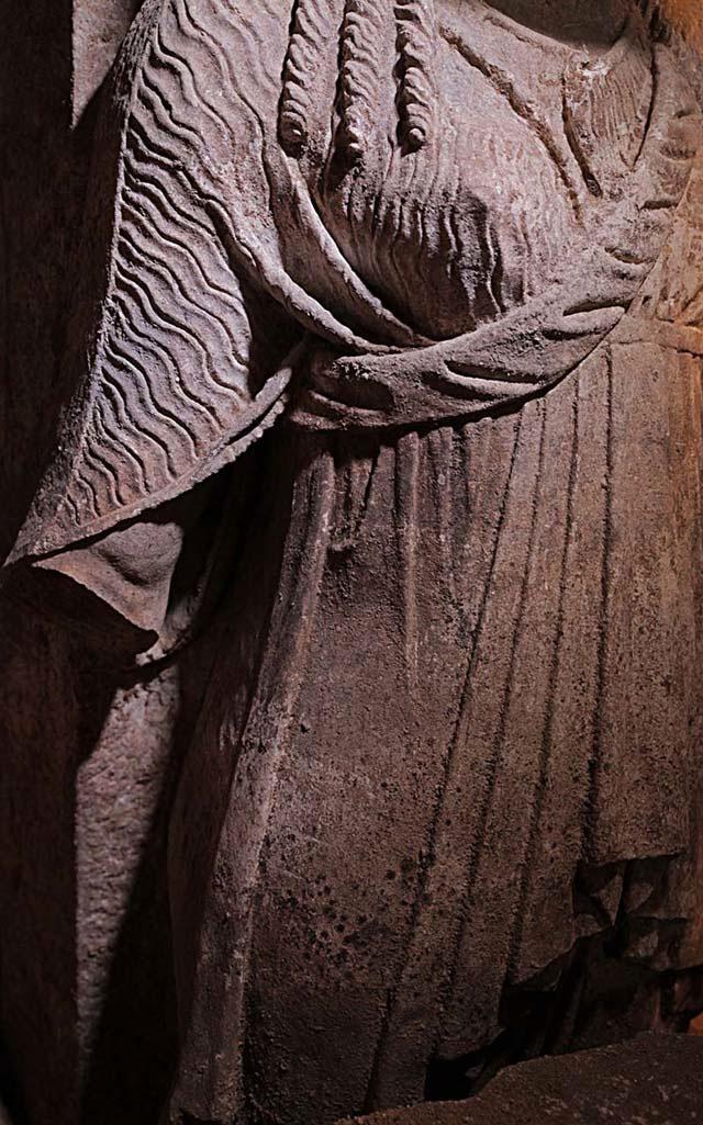 Εικ. 3. Οι χιτώνες φέρουν εξαιρετικής τέχνης πτυχώσεις (φωτ. ΥΠΠΟΑ).